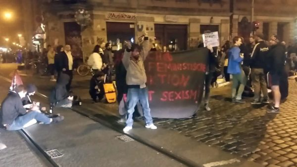 Mini-Demonstration an der Party-Ecke. Foto: Gehilfe Oph