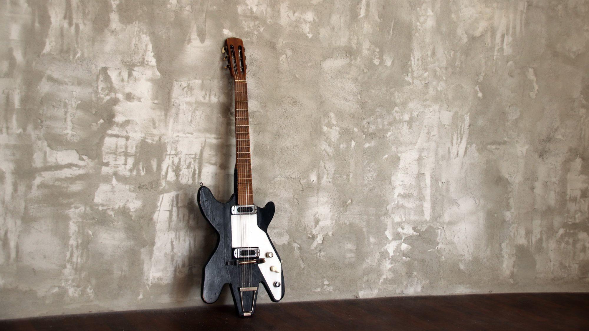 Die letzte Gitarre steht noch vor der nackten Wand.