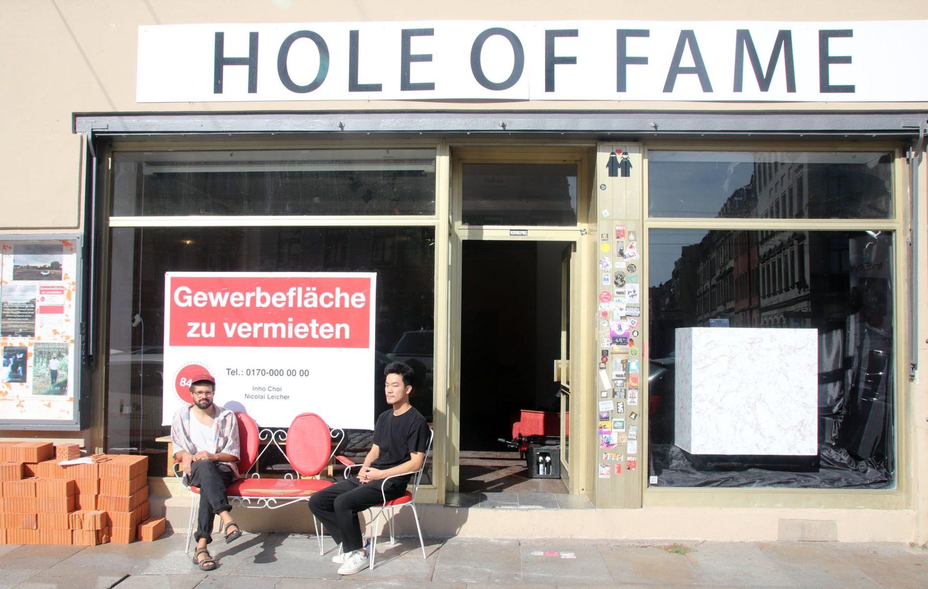 """Nicolai Leicher und Inho Choi vor dem """"Hole of Fame"""""""