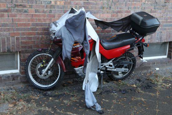 Das brennende Motorrad konnte ein Anwohner löschen. Foto: Roland Halkasch