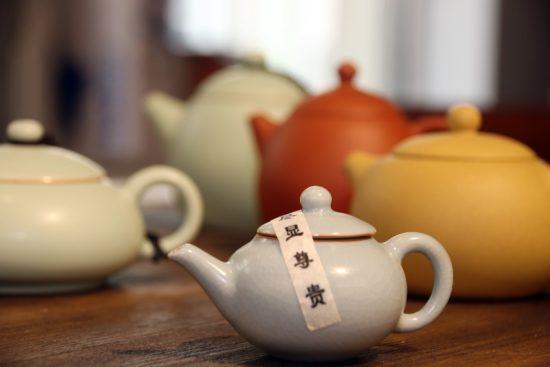 Neben Tee gibt es auch: Tassen, Kannen, Filter, Tee-Eier