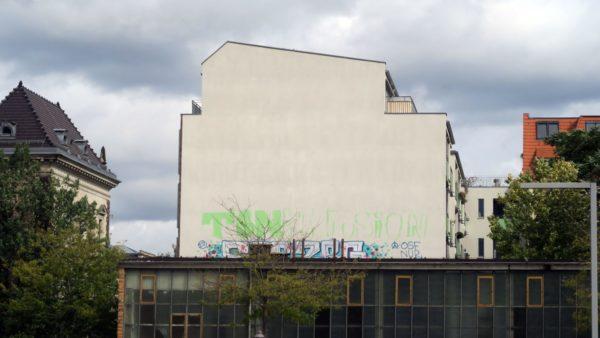 Unvollendeter Schriftzug an der Erich-Ponto-Straße