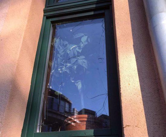 Durch die Hitze zerstörte Fensterscheibe.