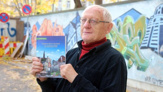 Joachim Schuster mit dem neuen Buch.