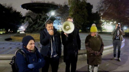 Vor stürmischen Wogen: Robert Habeck, Ulla Wacker und Valentin Lippmann hinter dem Mefafon.