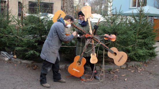 Christin und Malte bei den letzten Vorbereitungen, der wunderbare Gitarrenstern soll wieder leuchten.