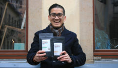 Nicolas Sihombing sucht Spenden für den Kaffee Batavia