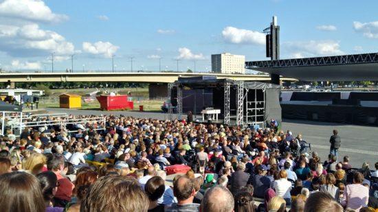 Anna Mateur auf kleiner Bühne vor großer Kulisse im Sommer am Elbufer