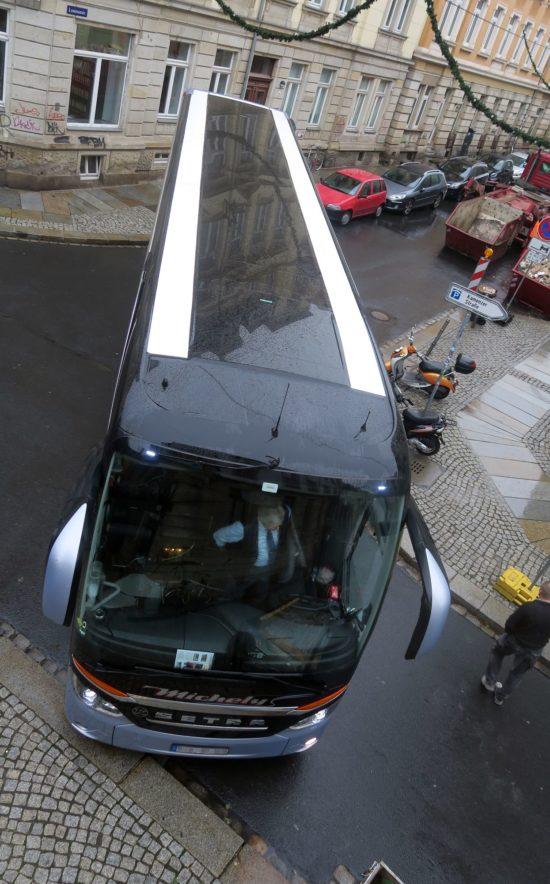 Millimeter für Millimeter schob sich der Bus um die Ecke.