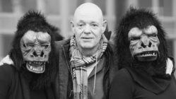 Jean Noël Schramm mit den Gorilla-Girls