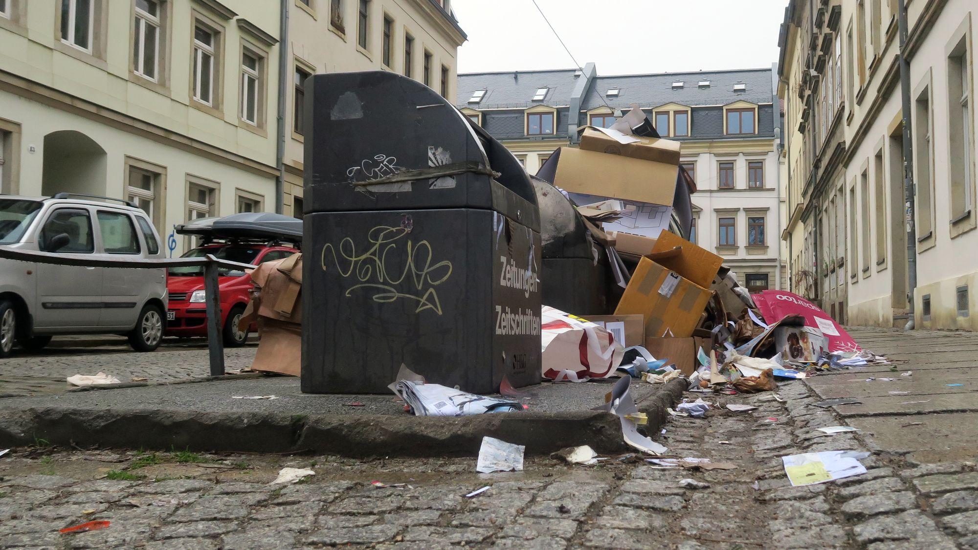 Voller Unterflur-Container an der Talstraße