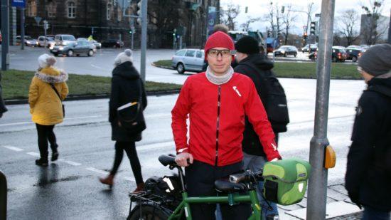 ADFC-Mitglied Martin-Anderseck sieht in der Führung der Umleitung gefährliche Punkte. Zum Beispiel hier zwischen Straßenbahn und Fußgängerampel.