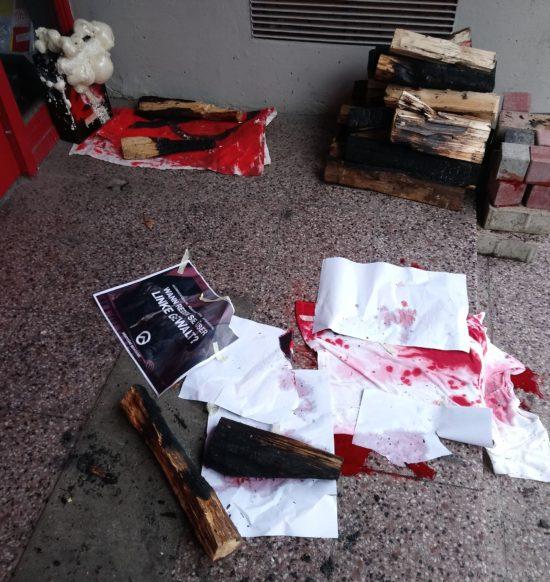 Bild vom Tatort, bevor die Polizei ihre Arbeit aufgenommen hat. Foto: Isabelle Ambiehl