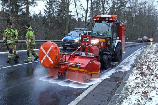 Fahrbahnreinigungsfahrzeug der Feuerwehr - Foto: Roland Halkasch