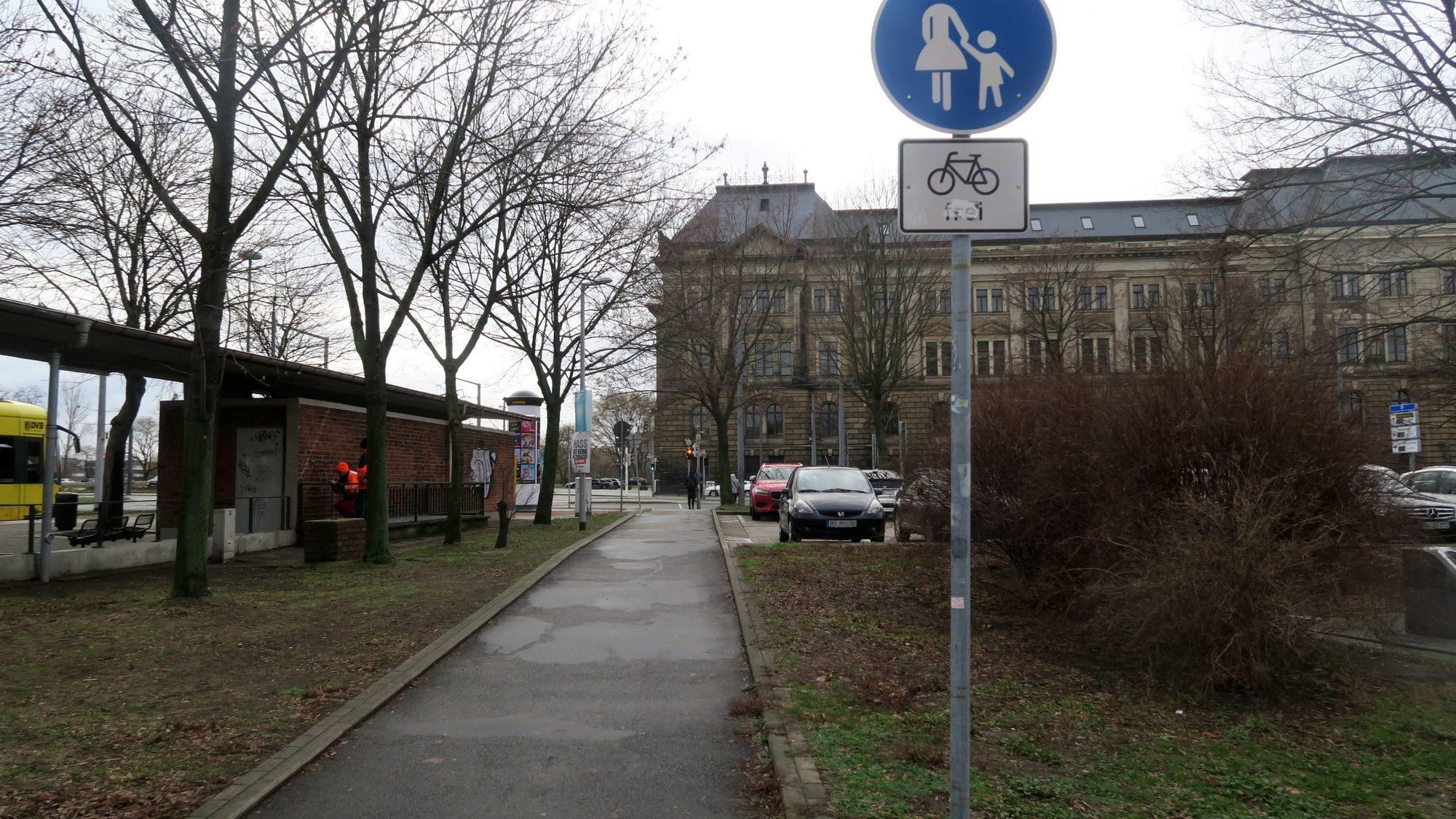 Zum Schluss darf man dann als Radfahrer über den Fußweg. In der Gegenrichtung dürfen sich Radfahrer ebenfalls den Fußweg mit den Fußgängern teilen.