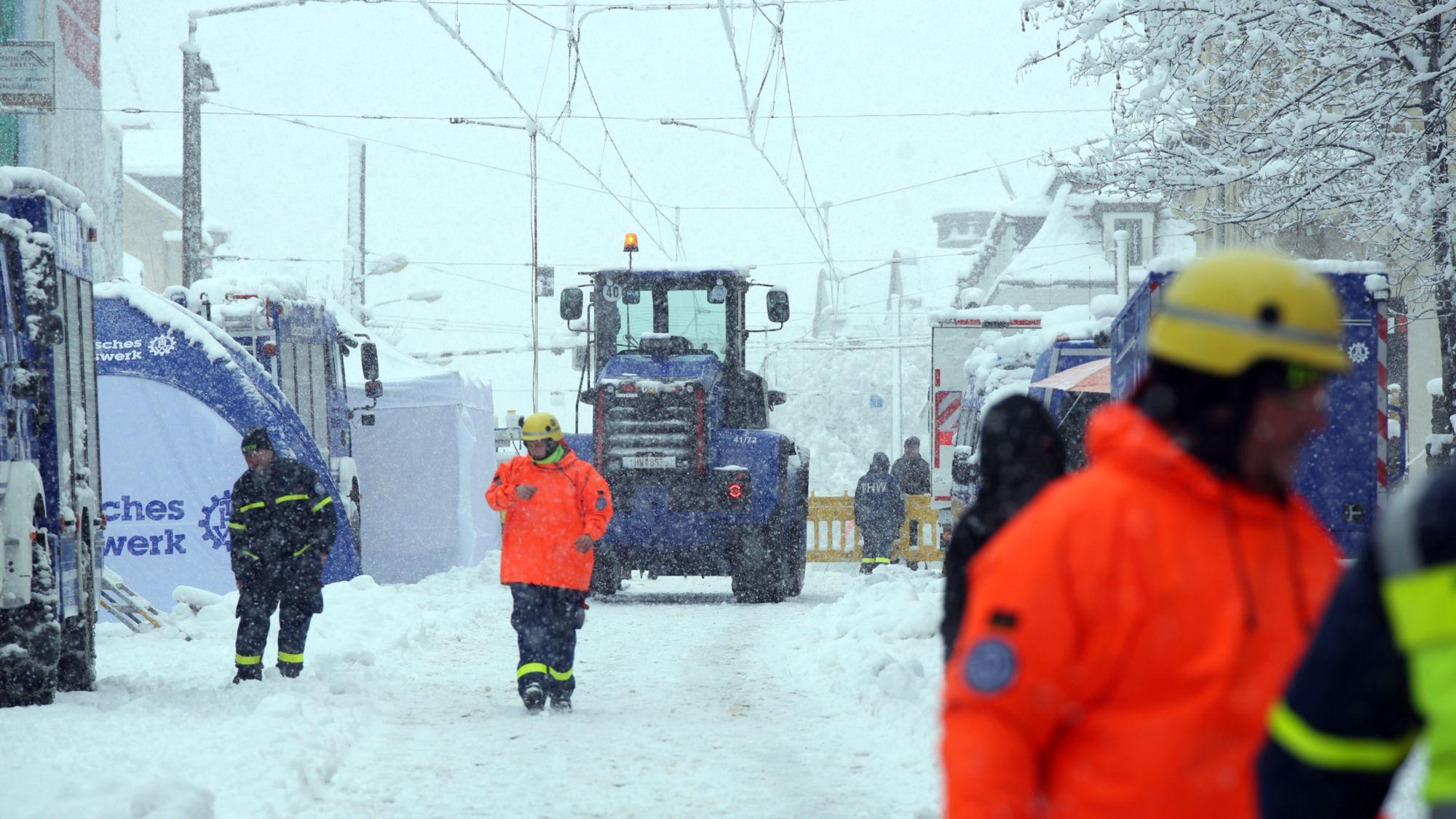 Das technische Hilfswerk war mit schwerem Gerät vor Ort. Foto: Roland Halkasch