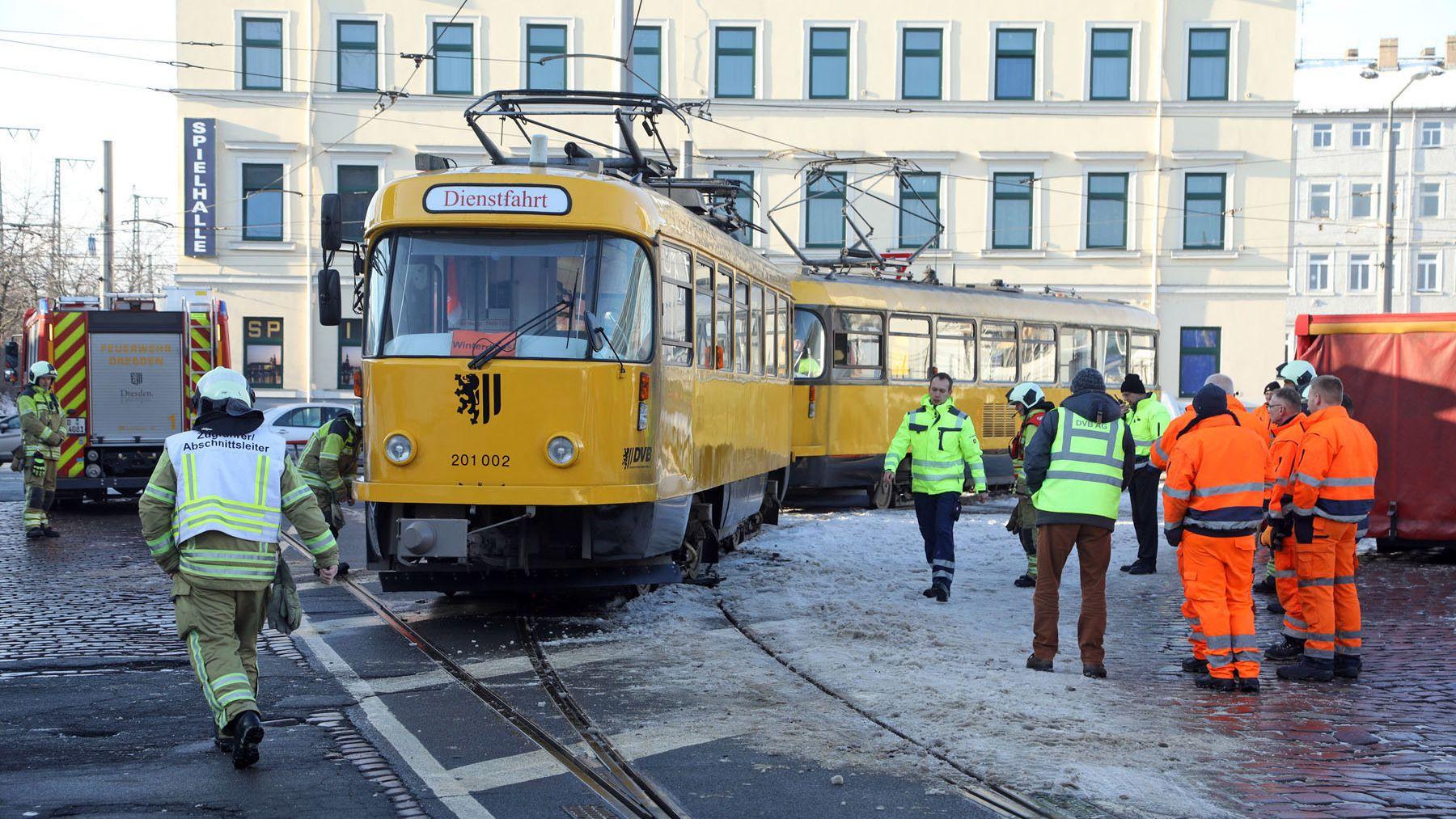 Entgleiste Arbeitsbahn der DVB - Foto: Roland Halkasch