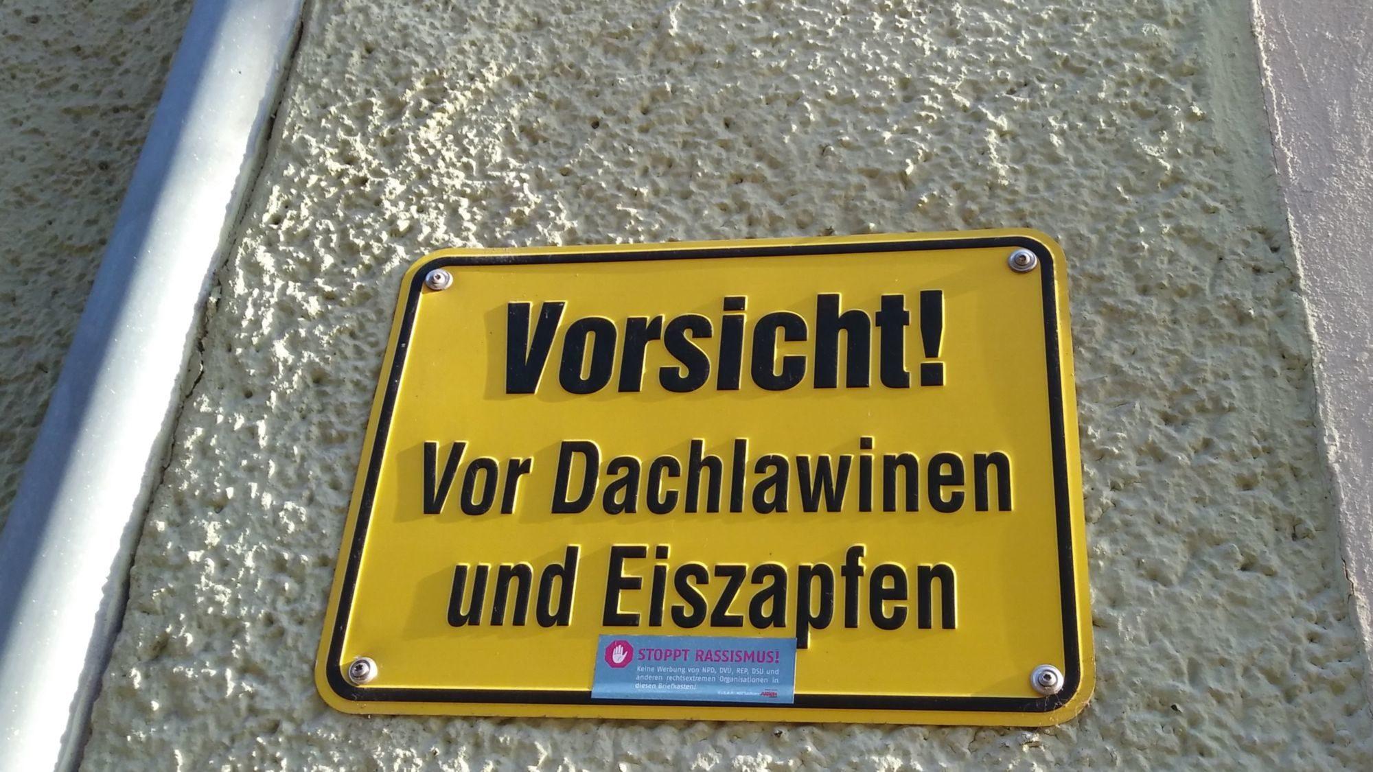Eiszapfenwarnschild auf der Prießnitzstraße