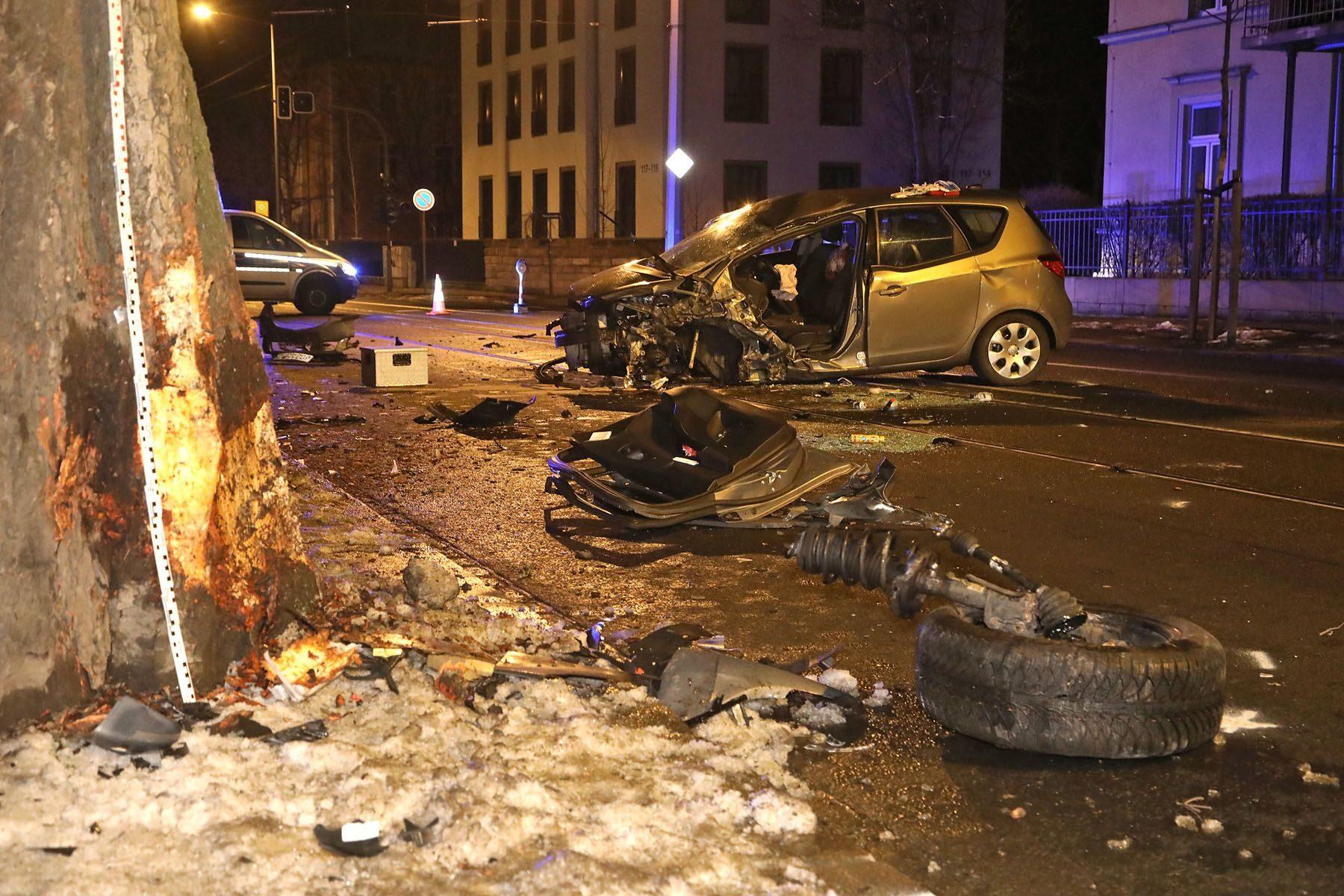 Totalschaden an dem Minivan. Foto: Roland Halkasch