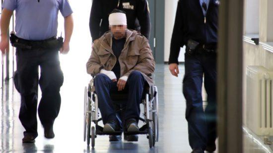 Mit Kopfverband und im Rollstuhl zur Verhandlung: Rami A. wurde zu drei Jahren und drei Monaten Haft verurteilt.
