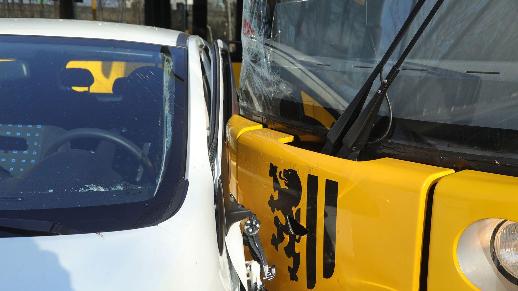Der Kleinwagen wurde beim verbotswidrigen Abbiegen von der Bahn getroffen.
