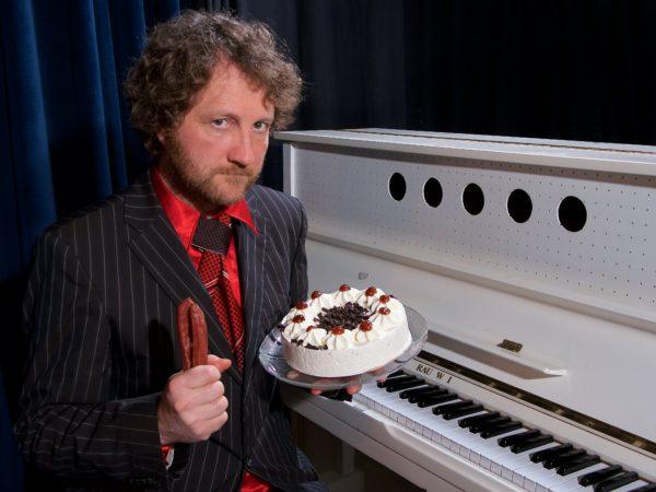 Horst Schulze mit Torte - Foto: PR