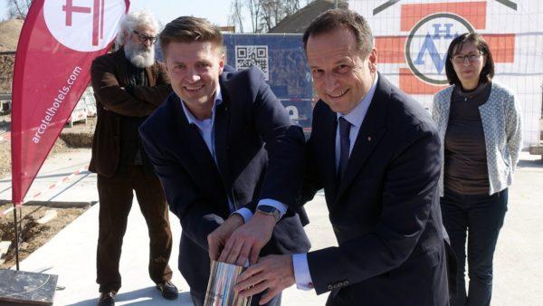 Arcotel-Besitzerin Renate Wimmer hat die Herren im Blick: Arcotel-Vorstand Martin Lachout (r.) und Sebastian Forkert, USD-Projektleiter für die Hafencity. Foto: W. Schenk