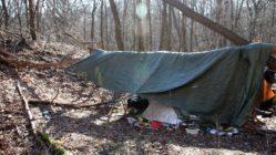 Unter der Plane steht ein Zelt.