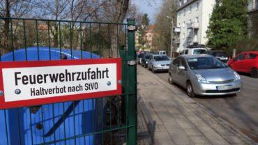 Die Feuerwehrzufahrt ist von der Hohnsteiner Straße