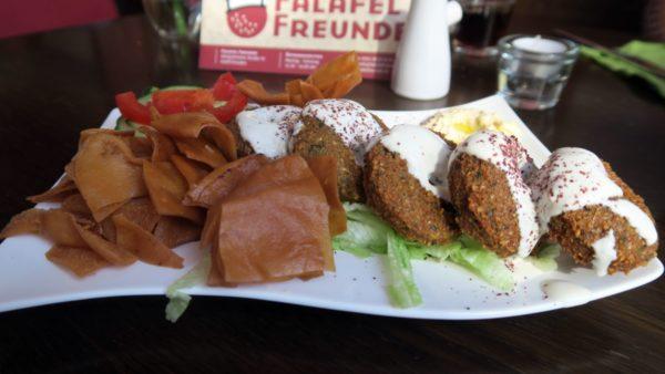 Arabischer Teller mit Falafel