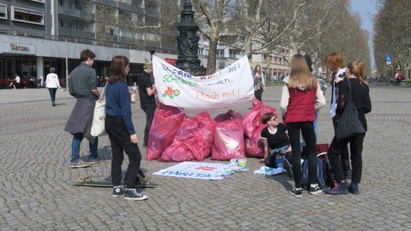 Bereits am vergangenen Freitag hatten Jugendliche bei einem Trash-Mob Müll an den Elbwiesen eingesammelt. Sie wollten mit der Aktion auf die Freiwilligendienste aufmerksam machen.