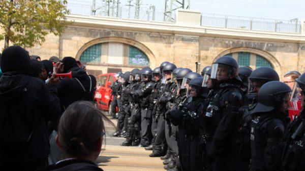 Zwischen den Lagern immer die Polizei