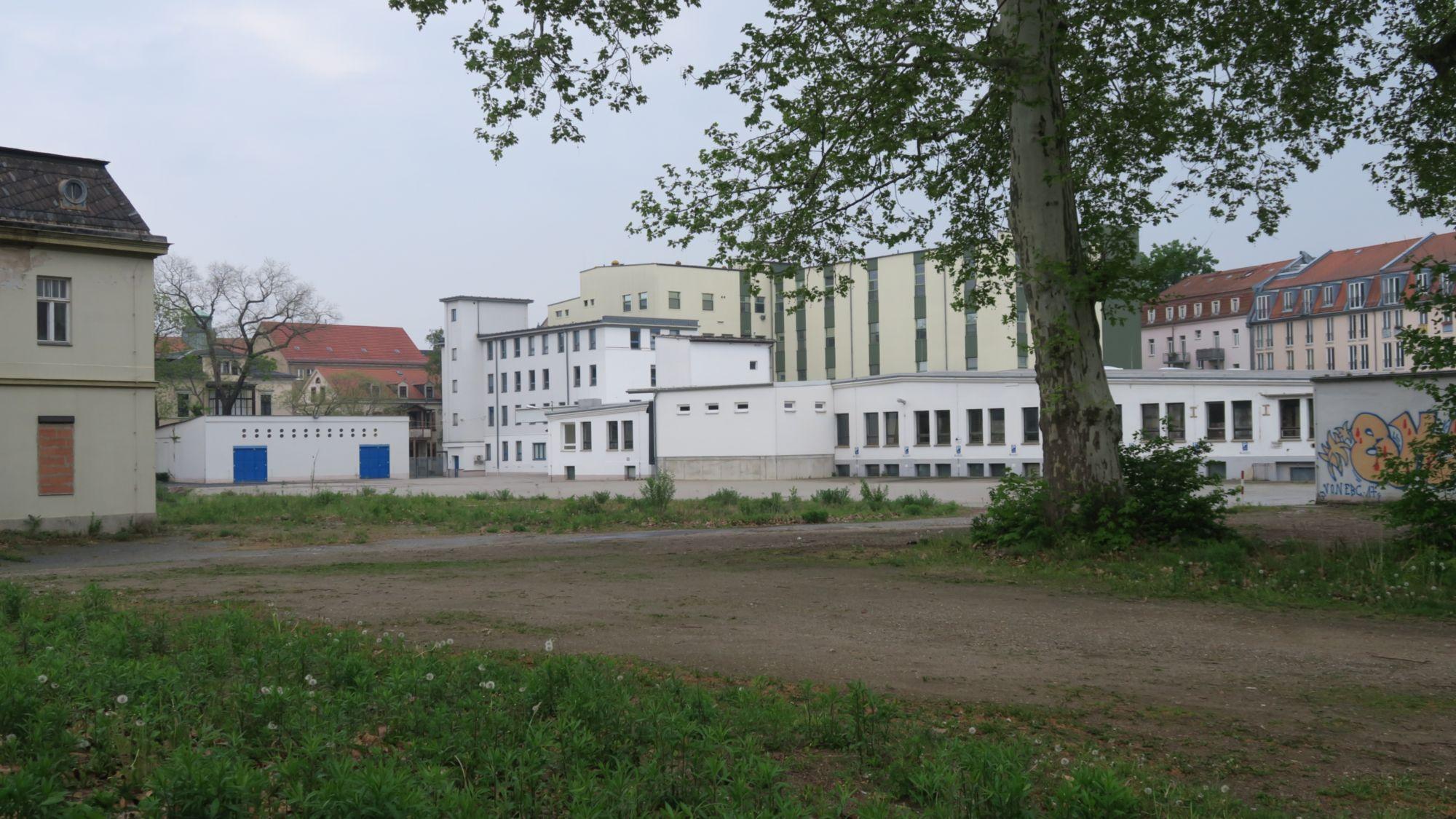 Zwischen der sogenannten Albertpassage und der Dentalkostmetik-Fabrik ist eine Fläche frei.