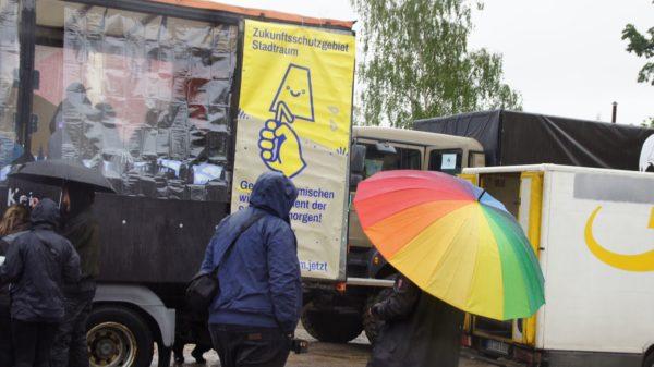 Aufbau im strömenden Regen an der Gothaer Straße
