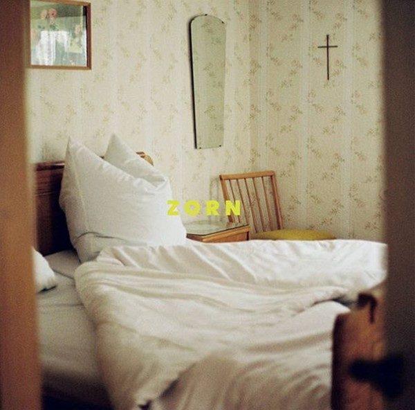 Mit bedrückender Bildsprache wollen Tourette Boys gesellschaftliche Themen anprangern. Albumcover gestaltet von Friederike Butter.