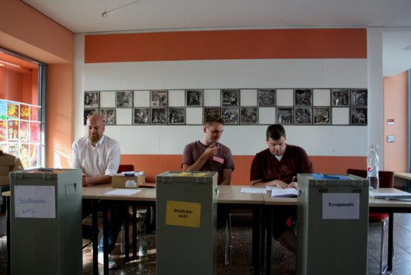 Die Wahlhelfer Christoph Niemzig, Stefan Tormalak, Tobias Rokosch beobachteten die Abgabe der Stimmen.