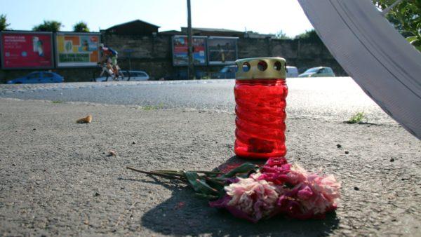 An der Unfallstelle stehen neben dem Ghostbike Kerzen, um an den Verstorbenen zu erinnern.