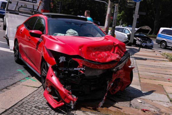 Drei Verletzte bei Verkehrsunfall am Palaisplatz. Foto: Tino Plunert