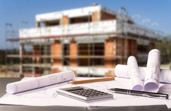 Baustelle mit Rohbau und Bauplänen - Foto: Eisenhans - fotolia.com