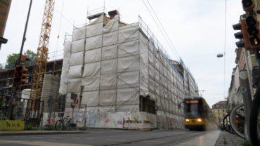 Aktuell ist die Baustelle der 15. Grundschule mit Planen verhüllt.