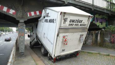 Transporter kracht in Brücke