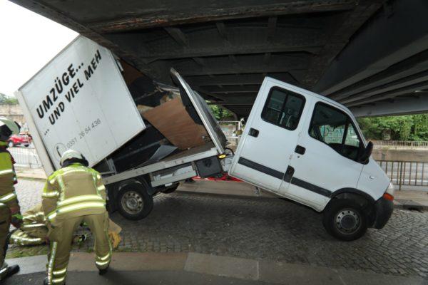Der Umzugstransporter hatte sich unter der Brücke verkeilt. Foto: Roland Halkasch