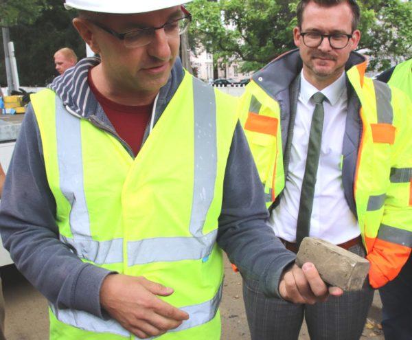 Bauleiter Steffen Lohmann zeigt einen Stein des sogenannten Seifen-Pflasters.