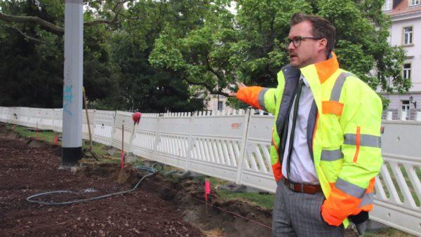 Hier ensteht der neue, breitere Fußweg mit Fahrraderlaubnis, zeigt Baubürgermeister Raoul Schmidt-Lamontain