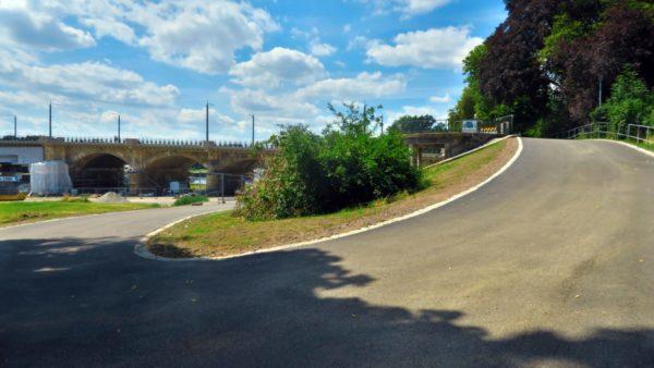 Von der Albertbrücke geht es steil zum Elberadweg nach unten.