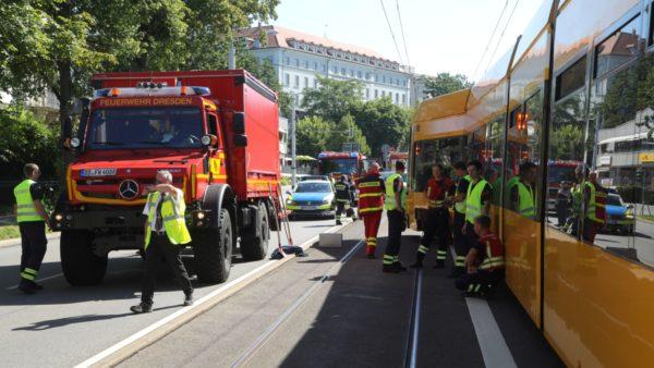Feuerwehr und Polizei sichern die Unfallstelle ab. Foto: Roland Halkasch