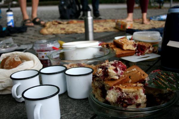 Das leckere Frühstück war gut bestückt aus mitgebrachtem Speis und Trank