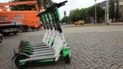 Mehr als 200 dieser grün-weißen Roller hat Lime in Dresden schon am Start.