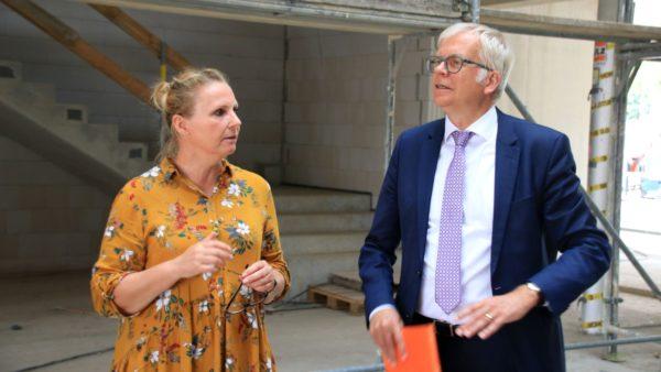 Stesad-Projektleiterin Katrin Sonntag und Schulbürgermeister Harmut Vorjohann