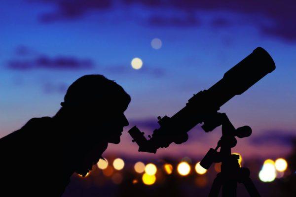 Den Sternenhimmel zu erkunden macht primär Spaß, wird aber schon nach kurzer Zeit ein ziemlich packendes Hobby. Foto: fotolia.com © astrosystem
